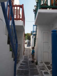 narrow streets of Mykonos