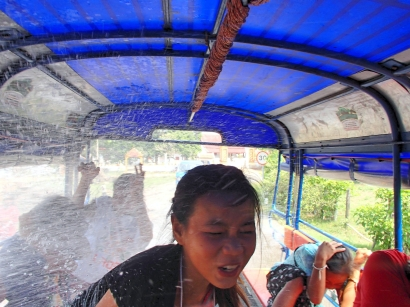 trying to dodge the water in the back of our tuktuk